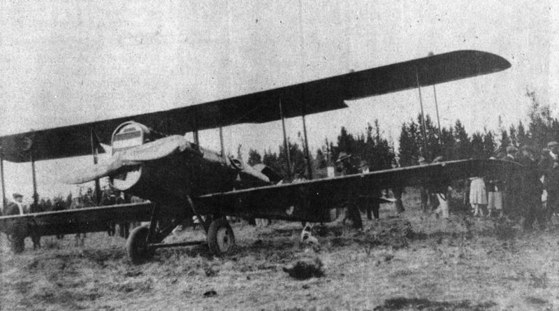 Si vous montez les escaliers, vous pourrez vous promener entre la falaise et l&rsquo;a&eacute;roport.<br /><br />En 1920, l&rsquo;Arm&eacute;e am&eacute;ricaine recherchait un site pour implanter un a&eacute;roport &agrave; Whitehorse afin de permettre aux avions de se ravitailler en carburant sur leur route vers l&rsquo;Alaska. Antoine Cyr avait d&eacute;j&agrave; coup&eacute; beaucoup d&rsquo;arbres sur sa terre &agrave; bois au-dessus de la falaise, si bien que son terrain a &eacute;t&eacute; consid&eacute;r&eacute; comme le plus apte &agrave; accueillir le premier avion &agrave; atterrir dans la ville. C&rsquo;est ainsi que sa terre &agrave; bois est devenue l&rsquo;A&eacute;roport international Erik-Nielsen de Whitehorse.<br /><br />Photo : Premier avion &agrave; atterrir &agrave; Whitehorse<br />Cr&eacute;dit photo : Coll. Yann Herry