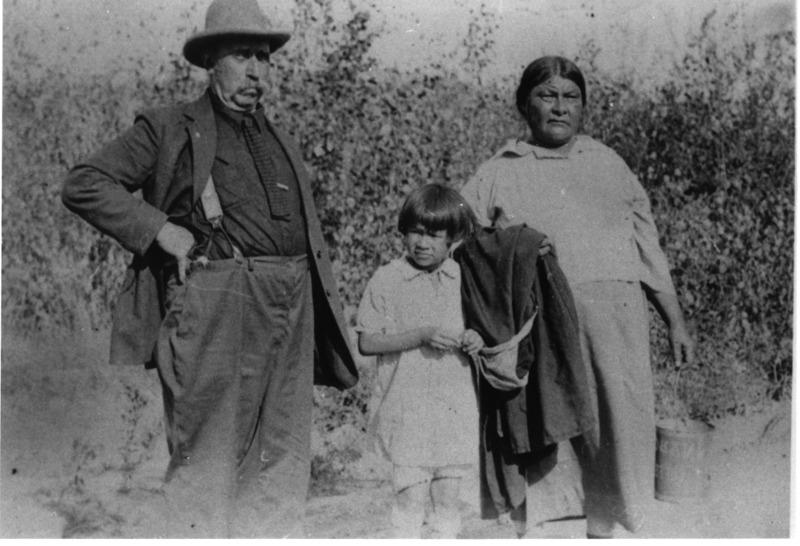 Charles Blaise Turgeon est arriv&eacute; au Yukon en 1893 avec John Tremblay qui faisait son troisi&egrave;me voyage au Yukon. Turgeon a pass&eacute; quelque temps &agrave; Circle City, en Alaska, avant de s&rsquo;installer &agrave; Dawson o&ugrave; il a particip&eacute; avec succ&egrave;s &agrave; la Ru&eacute;e vers l&rsquo;or. Il a ensuite prospect&eacute; dans le district de Mayo, o&ugrave; il a pris part &agrave; la ru&eacute;e vers le ruisseau Dublin de 1908.<br /><br />Ses entreprises n&rsquo;ont pas toutes &eacute;t&eacute; prosp&egrave;res. Il a achet&eacute; un bateau &agrave; vapeur, le Golden Star, et s&rsquo;est lanc&eacute; dans le transport de marchandises entre Whitehorse et Dawson. Lors de son deuxi&egrave;me voyage, son bateau a coul&eacute;, avec &agrave; son bord une cargaison d&rsquo;une valeur d&rsquo;environ 100&thinsp;000 $.<br /><br />&Agrave; 58 ans, Charles a &eacute;pous&eacute; une femme autochtone, Maisie, qui avait d&eacute;j&agrave; trois filles. Ils ont v&eacute;cu dans la r&eacute;gion de Mayo o&ugrave; il &eacute;tait bien connu et respect&eacute; de tous. Charles a tant aim&eacute; le Yukon qu&rsquo;il ne l&rsquo;a jamais quitt&eacute;. Il a &eacute;t&eacute; trappeur jusqu&rsquo;&agrave; 77 ans, et est d&eacute;c&eacute;d&eacute; en 1938, &agrave; l&rsquo;&acirc;ge de 82 ans.<br /><br />Photo : Charles Blaise Turgeon, sa fille Ruth et sa femme &laquo; Big &raquo; Maisie<br />Cr&eacute;dit photo : Coll. Yann Herry