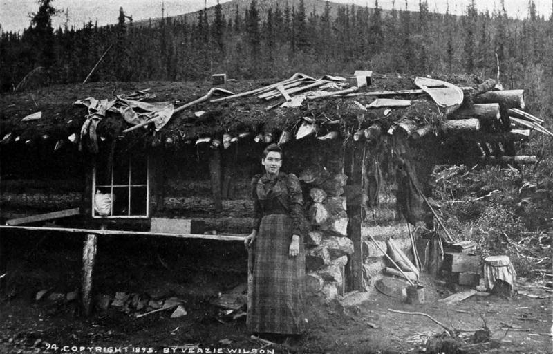 La Canadienne-fran&ccedil;aise &Eacute;milie Tremblay a &eacute;t&eacute; l&rsquo;une des premi&egrave;res femmes blanches &agrave; franchir le col Chilkoot en 1894. Elle suivait alors son mari, Jack Tremblay, qui a &eacute;t&eacute; l&rsquo;un des premiers pionniers &agrave; d&eacute;couvrir de l&rsquo;or au Yukon lors d&rsquo;un voyage en 1886. Ils se sont embarqu&eacute;s ensuite pour un voyage de noces de 8&thinsp;000 km qui les a men&eacute;s dans une cabane en rondins sur le ruisseau Miller, au Klondike.<br /><br />&Eacute;milie a jou&eacute; un r&ocirc;le important dans le d&eacute;veloppement de la ville de Dawson; elle a &eacute;t&eacute; aventuri&egrave;re, pionni&egrave;re, femme d&rsquo;affaires, m&egrave;re adoptive et bonne samaritaine. Elle a &eacute;t&eacute; propri&eacute;taire d&rsquo;un magasin de v&ecirc;tements pour dames et a &eacute;t&eacute; pr&eacute;sidente de nombreux organismes pour l&rsquo;avancement des femmes et de la population du Yukon.<br /><br />L&rsquo;&eacute;cole francophone de Whitehorse a &eacute;t&eacute; baptis&eacute;e en son nom, en m&eacute;moire de son courage et de ses r&eacute;alisations.<br /><br />Photo : &Eacute;milie Tremblay devant sa cabine &agrave; Miller Creek, au Klondike, 1895<br />Cr&eacute;dit photo : Archives du Yukon, Ouvrage Glimpses of the Yukon Gold Fields and Dawson Route, Wilson, V. (Veazie)
