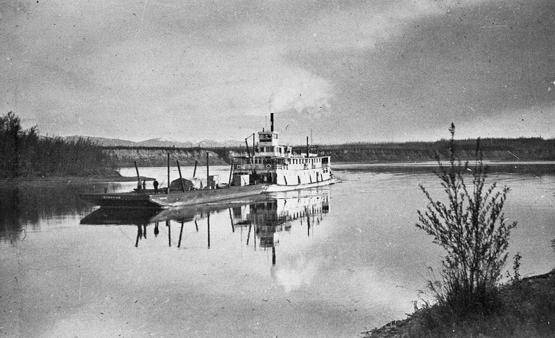 Le bateau &agrave; aube SS Keno a &eacute;t&eacute; construit en 1922 pour transporter l&rsquo;argent, le plomb et le zinc sur la rivi&egrave;re Stewart. &Ccedil;a lui prenait environ 55 heures pour remonter la rivi&egrave;re de Stewart City &agrave; Mayo, et pr&egrave;s de 18 heures pour la redescendre.<br /><br />En 1960, lorsqu&rsquo;il a cess&eacute; de voyager entre Mayo et Whitehorse, le SS Keno a trouv&eacute; refuge sur les berges du fleuve Yukon &agrave; Dawson o&ugrave; on peut aujourd&rsquo;hui le visiter.<br /><br />Photo : Le bateau &agrave; aube SS Keno poussant la barge Onekeno<br />Cr&eacute;dit photo : Parcs Canada, Coll. Reginald Martin