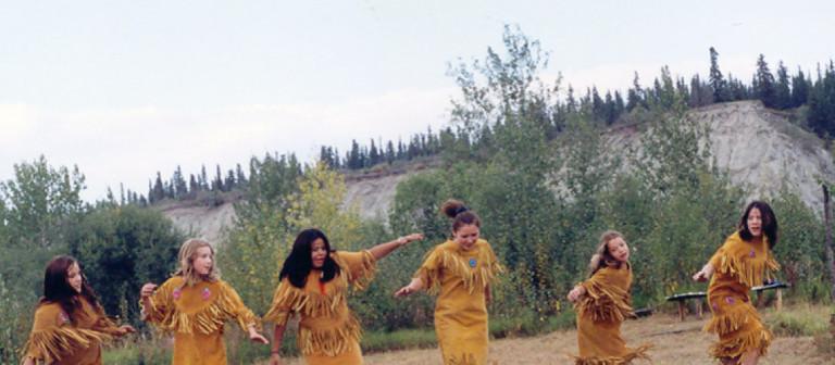 La Premi&egrave;re nation Na-Cho Nyak Dun (NND) fait partie du groupe culturel et linguistique Tutchone du Nord. Certains membres des NND ont aussi des origines Gwich&rsquo;in (du nord du Yukon) et Dene (de l&rsquo;est du Yukon et de l&rsquo;ouest des Territoires du Nord-Ouest).<br /><br />La premi&egrave;re nation NND a jou&eacute; un r&ocirc;le important dans le processus de r&eacute;clamation des terres entam&eacute; en 1973 par les Premi&egrave;res nations yukonnaises. Elle a &eacute;t&eacute; l&rsquo;une des premi&egrave;res &agrave; signer un accord de gouvernance autonome en 1995 qui lui permet de l&eacute;gif&eacute;rer au nom de ses membres &mdash; qui sont environ 435 &mdash; et de ses terres.<br /><br />Photo : Jeunes de la Premi&egrave;re nation des Na-Cho Nyak Dun<br />Cr&eacute;dit photo : Premi&egrave;re nation des Na-Cho Nyak Dun