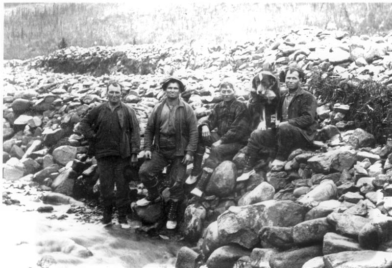 Fran&ccedil;ois-Xavier (Franck) Cantin exploitait l&rsquo;entreprise Cantin Bros avec ses cousins Joseph (Joe), Louis et Phil&eacute;as. Les cousins ont prospect&eacute; dans la r&eacute;gion de 1909 jusqu&rsquo;aux ann&eacute;es 1920.<br /><br />Un des premiers mineurs du ravin Dublin, Jack Suttle, a oubli&eacute; de renouveler l&rsquo;enregistrement de sa concession mini&egrave;re au bureau des mines; les cousins Cantin en ont profit&eacute; pour l&rsquo;enregistrer &agrave; leurs noms. On racontait que Suttle &eacute;tait tellement f&acirc;ch&eacute; qu&rsquo;il aurait lanc&eacute; un sort &agrave; la concession et les Cantin ont finalement remport&eacute; peu de succ&egrave;s en la prospectant. &Agrave; leur tour, ils ont n&eacute;glig&eacute; de renouveler son enregistrement, si bien qu&rsquo;ils l&rsquo;ont perdue en 1932, de la m&ecirc;me fa&ccedil;on qu&rsquo;ils l&rsquo;avaient obtenue.<br /><br />Les cousins ont v&eacute;cu dans la r&eacute;gion jusqu&rsquo;&agrave; leur mort. Seul Phil&eacute;as est retourn&eacute; au Qu&eacute;bec quand ils ont arr&ecirc;t&eacute; la prospection.<br /><br />Photo : Joseph, Franck, Louis, Phil&eacute;as Cantin (dans le d&eacute;sordre) au ravin Dublin<br />Cr&eacute;dit photo : Collection Yann Herry