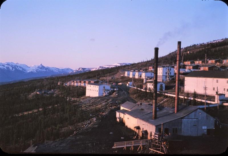 La cit&eacute; mini&egrave;re Elsa a &eacute;t&eacute; la deuxi&egrave;me plus riche mine d&rsquo;argent d&rsquo;Am&eacute;rique du Nord dans les ann&eacute;es 1950. Elle a jou&eacute; un r&ocirc;le significatif dans l&rsquo;&eacute;conomie du Yukon pendant 75 ans.<br /><br />L&rsquo;extraction de minerai a commenc&eacute; en 1913 dans la r&eacute;gion, et la cit&eacute; mini&egrave;re Elsa a &eacute;t&eacute; fond&eacute;e en 1935. C&rsquo;&eacute;tait une usine de concentration qui traitait le m&eacute;tal qui provenait de plusieurs sites d&rsquo;extraction situ&eacute;s aux alentours. Elle a &eacute;t&eacute; en activit&eacute; jusqu&rsquo;en 1989. Aujourd&rsquo;hui, le site appartient &agrave; l&rsquo;entreprise Alexco, mais n&rsquo;est pas op&eacute;rationnel. Une chose est s&ucirc;re : il reste encore beaucoup d&rsquo;argent dans ces collines.<br /><br />Photo : La mine Calumet, 1966<br />Cr&eacute;dit photo : Barry McLarnon