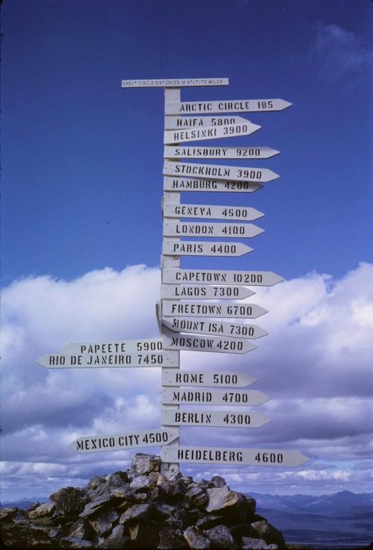 Les multiples sentiers qui servaient jadis aux activit&eacute;s mini&egrave;res sur le mont Keno sont aujourd&rsquo;hui le paradis des randonneurs, des cyclistes et des skieurs.<br /><br />Au sommet du mont se trouve le poteau indicateur qui est devenu un embl&egrave;me de la r&eacute;gion, et un lieu incontournable de promenade. Il a &eacute;t&eacute; &eacute;rig&eacute; en 1956 par la United Keno Hill Mines &agrave; l&rsquo;occasion de l&rsquo;Ann&eacute;e g&eacute;ophysique internationale. Les fl&egrave;ches pointaient en direction des villes d&rsquo;origine des scientifiques en visite pour l&rsquo;occasion. &Agrave; l&rsquo;origine, il &eacute;tait en bois, mais il a d&ucirc; &ecirc;tre remplac&eacute; par un poteau en m&eacute;tal en 1989.<br /><br />La route en gravier, de 10,5 kilom&egrave;tres, est accessible &agrave; v&eacute;lo, &agrave; pied ou en voiture et vous offrira un panorama imprenable sur les environs.<br /><br />Photo : Sign Post, 1966<br />Cr&eacute;dit photo : Barry McLarnon