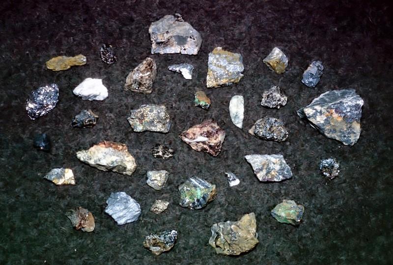 Le Yukon poss&egrave;de d&rsquo;importants gisements de m&eacute;taux tels l&rsquo;argent, le cuivre, le plomb, le tungst&egrave;ne et le zinc, ainsi que l&rsquo;un des plus grands gisements de minerai de fer du monde. L&rsquo;exploration de &laquo; hard rock &raquo; (roche dure) et l&rsquo;exploitation mini&egrave;re comme celle de l&#39;argent de Keno-Elsa sont r&eacute;glement&eacute;es par la Loi sur l&rsquo;extraction du quartz et de quartz terrestre du gouvernement du Yukon.<br /><br />La r&eacute;glementation de l&rsquo;exploitation mini&egrave;re pr&eacute;voit notamment d&rsquo;&eacute;valuer l&rsquo;impact social et &eacute;conomique des nouvelles mines et de limiter leur impact environnemental. En effet, le Yukon a fait l&rsquo;exp&eacute;rience de d&eacute;g&acirc;ts durables occasionn&eacute;s par des mines telles Elsa, ou bien Faro, &agrave; 200 km au sud. Celles-ci ont &eacute;t&eacute; en activit&eacute; &agrave; une &eacute;poque o&ugrave; de telles r&eacute;glementations existaient peu, ou pas du tout, et qui aujourd&rsquo;hui n&eacute;cessitent un plan de nettoyage &agrave; long terme.<br /><br />Photo : &Eacute;chantillons min&eacute;raux<br />Cr&eacute;dit photo : Barry McLarnon