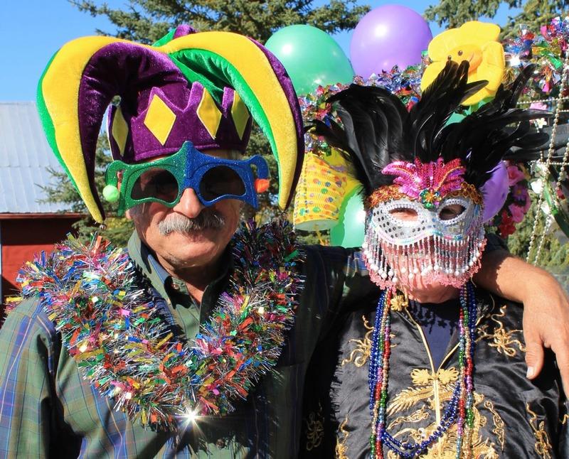 Keno Gras est un carnaval qui se d&eacute;roule chaque ann&eacute;e durant la premi&egrave;re fin de semaine de septembre. C&rsquo;est la derni&egrave;re f&ecirc;te avant l&rsquo;hiver et la communaut&eacute; organise un festin autour d&rsquo;un cochon sur broche. Tout le monde est bienvenu et c&rsquo;est une belle occasion de rencontrer la collectivit&eacute; locale.<br /><br />Photo : Bonnie et L&eacute;o d&eacute;guis&eacute;s pendant le Keno Gras<br />Cr&eacute;dit photo : Sonya