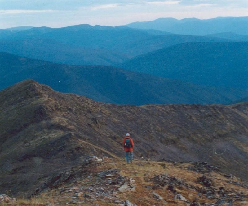 Le mont Haldane, haut de 1&thinsp;839 m&egrave;tres, offre une vue imprenable sur les environs. Si vous souhaitez en entreprendre l&rsquo;ascension (1&thinsp;200 m&egrave;tres), prenez la route d&rsquo;acc&egrave;s &agrave; gauche (ouest) juste avant l&rsquo;auberge en bordure du lac. Vous arriverez &agrave; une aire de stationnement deux kilom&egrave;tres plus loin.<br /><br />Le sentier de 7,5 kilom&egrave;tres gravit le flanc est de la montagne en zigzags, jusqu&rsquo;au plateau au sud du sommet principal. Il m&egrave;ne ensuite &agrave; une cr&ecirc;te que vous longerez sur un kilom&egrave;tre pour vous rendre au sommet. Pr&eacute;voyez les v&ecirc;tements et les vivres n&eacute;cessaires pour une journ&eacute;e de randonn&eacute;e.<br /><br />Photo : Randonn&eacute;e sur le mont Haldane<br />Cr&eacute;dit photo : David Leverington