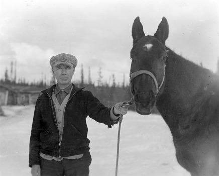 Louis Bouvette a &eacute;t&eacute; un prospecteur qui a chang&eacute; le destin de cette r&eacute;gion. Ce m&eacute;tis d&rsquo;origines autochtone, francophone et &eacute;cossaise du Manitoba, qui a &eacute;t&eacute; t&eacute;moin de la r&eacute;bellion de Louis Riel, est arriv&eacute; au Yukon en 1901 et a prospect&eacute; entre le ravin Dublin et le lac Minto.<br /><br />En 1919, alors qu&rsquo;il chassait le mouflon sur le mont qui sera plus tard baptis&eacute; Keno, il est tomb&eacute; accidentellement sur un filon d&rsquo;argent et a d&eacute;limit&eacute; sa concession qu&rsquo;il a nomm&eacute;e Roulette. Ce fut le d&eacute;but de la ru&eacute;e vers l&rsquo;argent du mont Keno.<br /><br />Photo : Louis Bouvette<br />Cr&eacute;dit photo : Archives du Yukon, collection Claude et Mary Tidd, # 7475