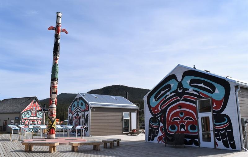 Carcross est l&rsquo;une des communaut&eacute;s du Yukon situ&eacute;es dans un paysage enchanteur.<br /><br />Les cabines peintes et les totems d&rsquo;inspiration tlingit font partie d&rsquo;un projet de village commercial qui a vu le jour en 2013 et de revitalisation des bords du lac. Les cabines abritent chaque ann&eacute;e des entreprises locales qui permettent aux visiteurs de vivre une exp&eacute;rience agr&eacute;able dans la communaut&eacute;, tout en s&rsquo;informant sur l&rsquo;histoire de la r&eacute;gion.<br /><br />Toutes sont ouvertes en &eacute;t&eacute;, et certaines, dont le caf&eacute; Caribou Crossing, ouvrent leurs portes aux promeneurs hivernaux.<br /><br />Cr&eacute;dit photo : Edith B&eacute;langer