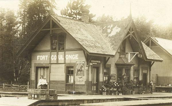 Le service des passagers n&rsquo;&eacute;tait plus offert depuis 1959. La gare restait toutefois ouverte pour le transport des marchandises. M. Romuald Duval, commis de bureau &agrave; la gare du Canadien Pacifique de 1968 &agrave; 1969, nous livre ici quelques-uns de ses souvenirs.<br /><br />Photo:&nbsp;Gare &agrave; Fort-Coulonge