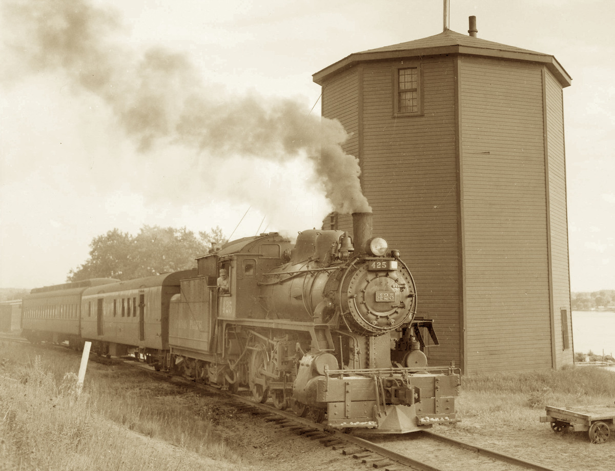 Depuis le d&eacute;but du 19e si&egrave;cle, le Pontiac &eacute;tait reli&eacute; au reste du pays gr&acirc;ce &agrave; la navigation &agrave; vapeur. Mais ce moyen de transport co&ucirc;tait cher et ne pouvait plus rivaliser avec l&rsquo;avanc&eacute;e technologique qu&rsquo;&eacute;tait le train.&nbsp; Vers 1866, le chemin de fer a &eacute;t&eacute; d&eacute;velopp&eacute; du c&ocirc;t&eacute; ontarien, en face de Bristol. Les habitants du Pontiac devaient prendre le traversier de Bristol pour rejoindre la gare &agrave; Sand Point. Malgr&eacute; tout, ce voyage vers Ottawa &eacute;tait plus rapide qu&rsquo;en bateau &agrave; vapeur.<br /><br />Mais le Pontiac voulait son propre chemin de fer qui lui permettrait d&rsquo;&ecirc;tre raccord&eacute; directement &agrave; Ottawa ou Pembroke, et de transporter marchandises et voyageurs plus rapidement.