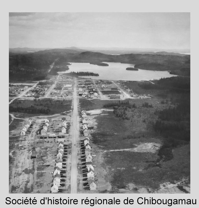 <p>La question des transports a toujours &eacute;t&eacute; au coeur du d&eacute;veloppement de Chibougamau. Des centaines d&#39;hommes ont su&eacute; sang et eau pour construire les routes et le chemin de fer qui reliaient le Sud et la nouvelle ville mini&egrave;re. D&#39;autres ont risqu&eacute; leur vie comme pilotes du Nord &agrave; une &eacute;poque o&ugrave; les infrastructures &eacute;taient plus que rudimentaires.<br /><br />R&eacute;f&eacute;rence compl&egrave;te pour la photo: Vue a&eacute;rienne de la ville de Chibougamau en 1954, avec les maisons de la compagnie Campbell Mines &agrave; l&#39;avant plan. P5 Fonds SHRC.&nbsp;</p>