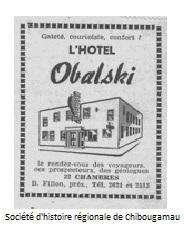 <p>Les trois premiers &eacute;tablissements de Chibougamau sont le bureau du minist&egrave;re des Mines, le minuscule magasin g&eacute;n&eacute;ral de Scotty Stevenson et l&rsquo;H&ocirc;tel Obalski qui op&egrave;re aujourd&#39;hui sous le nom de Bar Le Gwillim. Construit en 1950, celui-ci comporte &laquo;12 chambres sur deux &eacute;tages, de nombreux ivrognes et aucun permis d&rsquo;alcool&raquo;. La bi&egrave;re est servie dans des caisses d&eacute;pos&eacute;es sous les tables. L&rsquo;h&ocirc;tel accueille aussi des &laquo;voyageuses&raquo; de Montr&eacute;al, ce qui vaut &agrave; son propri&eacute;taire, Joachim &laquo;John&raquo; Bordeleau, des menaces de ch&acirc;timent divin de la part du cur&eacute;.<br /><br />R&eacute;f&eacute;rence compl&egrave;te pour la photo: Publicit&eacute; pour l&#39;H&ocirc;tel Obalski<br />Citation tir&eacute;e du livre Chibougamau derni&egrave;re libert&eacute;, auteur : Hubert Mansion</p>