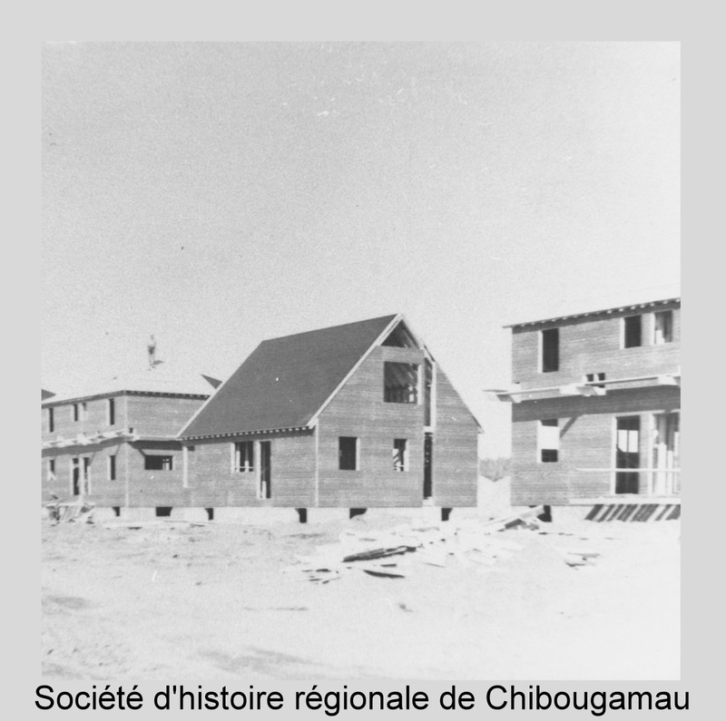 <p>In the early 1950s, Chibougamau was still just a mining camp. Before it even had running water or sewers, Chibougamau welcomed its first families. In 1954, the Campbell mining company began to build homes for its employees. The contract was awarded to Jos Ste-Croix, who was starting out as a contractor. Most of these houses, located on 3rd Street, have been well maintained over the years. Even then, mining companies used incentives to attract and retain workers.<br /><br />Full reference for the photo: Construction of Campbell Mines company houses in 1954. Fonds SHRC.</p>
