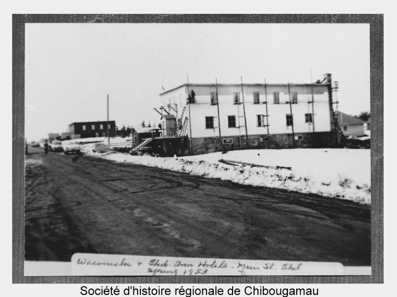 <p>In the 1950s, Chibougamau was a prosperous mining town, with a young, active population that wanted to have fun. The pioneering spirit brought people closer and it was easy to make friends. Any occasion was reason enough to go out, celebrate, dance, organize a hunting or fishing trip, play in the snow and celebrate living in the North.<br /><br />Full reference for the photo: The Waconichi Hotel during its construction in 1953 with the Chibougamau Inn in the background.&nbsp; P24 Fonds Fr&eacute;d&eacute;rick Nelson Bidgood.</p>
