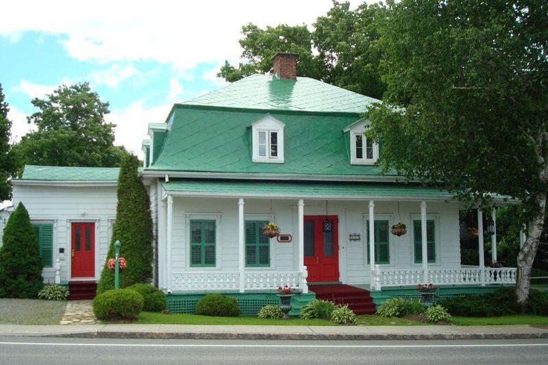 <p>Cette maison, construite vers la fin des ann&eacute;es 1870 par F&eacute;lix et Charles East, a &eacute;t&eacute; achet&eacute;e en 1933 par Lucien K. Petitclerc, nouveau m&eacute;decin &agrave; Saint-Augustin.<br /><br />Ses caract&eacute;ristiques architecturales, qui s&rsquo;apparentent &agrave; celles de la Maison Prax&egrave;de-LaRue, t&eacute;moignent de la prosp&eacute;rit&eacute; du village &agrave; la fin du 19e si&egrave;cle : toiture de t&ocirc;le &agrave; la canadienne, fen&ecirc;tres garnies de moulures et grande galerie couverte.<br /><br />La conservation de la maison et son am&eacute;nagement paysager sont aujourd&rsquo;hui assur&eacute;s par son propri&eacute;taire, Robert Petitclerc, fils du m&eacute;decin, grand amateur d&rsquo;horticulture.<br /><br />Photo : &copy; Robert Petitclerc</p>