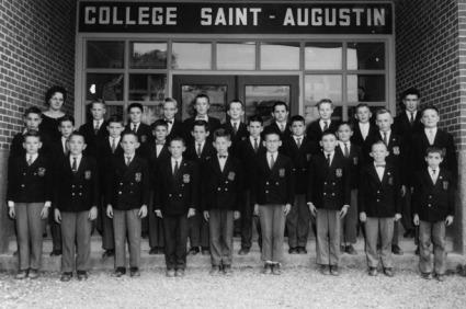<p>Le Coll&egrave;ge Saint-Augustin est dirig&eacute; par les Fr&egrave;res des &Eacute;coles chr&eacute;tiennes jusqu&rsquo;en 1972.&nbsp;<br /><br />On voit ici la classe de 6e ann&eacute;e de Gis&egrave;le Bra&uuml;n, en 1961-1962, devant le nouveau b&acirc;timent.<br /><br />Photo : &copy; SHSAD</p>