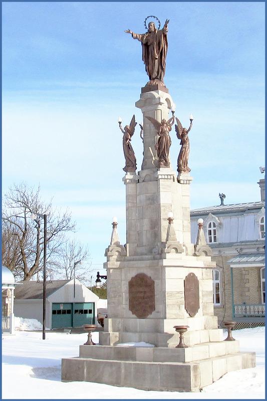 <p>Le monument &eacute;rig&eacute; devant l&rsquo;&eacute;glise en 1869 &eacute;tait &agrave; l&rsquo;origine surmont&eacute; d&rsquo;une statue de l&rsquo;ange Gabriel.<br /><br />En 1919, apr&egrave;s la Premi&egrave;re Guerre mondiale, la statue de l&rsquo;ange est remplac&eacute;e par le Sacr&eacute;-C&oelig;ur. Les paroissiens souhaitent alors rendre gr&acirc;ce &agrave; Dieu pour avoir &eacute;pargn&eacute; la vie de leurs fils pendant la guerre.<br /><br />Photo : &copy; Collection priv&eacute;e</p>