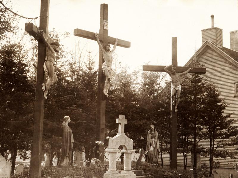 <p>Le calvaire* &agrave; cinq personnages en fonte de fer a &eacute;t&eacute; import&eacute; de France en 1881. J&eacute;sus-Christ est repr&eacute;sent&eacute; sur la croix du centre, accompagn&eacute; &agrave; ses c&ocirc;t&eacute;s des deux larrons crucifi&eacute;s. Au sol, on retrouve une statue de saint Jean (&agrave; gauche) et de la Vierge Marie (&agrave; droite). Une importante restauration de l&rsquo;ensemble a &eacute;t&eacute; r&eacute;alis&eacute;e en 2009.<br /><br />*Calvaire : d&eacute;signe la colline de J&eacute;rusalem o&ugrave; J&eacute;sus a &eacute;t&eacute; crucifi&eacute; et, par extension, l&rsquo;&eacute;rection d&rsquo;une ou de trois croix comm&eacute;morant cette crucifixion.<br /><br />Photo : &copy; Collection priv&eacute;e</p>