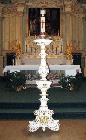<p>C&rsquo;est sur le chandelier pascal qu&rsquo;est d&eacute;pos&eacute; le cierge de P&acirc;ques, symbole du Christ ressuscit&eacute;. Ce chandelier, sculpt&eacute; par Jean Valin en 1740, provient de l&rsquo;&eacute;glise de l&rsquo;Anse-&agrave;-Maheu. Il a &eacute;t&eacute; restaur&eacute; par le Centre de conservation du Qu&eacute;bec en 2010.<br /><br />Photo : &copy; SHSAD</p>