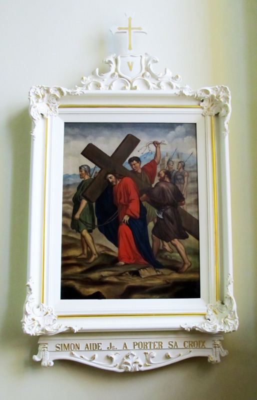 <p>Les &oelig;uvres d&rsquo;art de l&rsquo;&eacute;glise de Saint-Augustin sont nombreuses. Le chemin de croix* peint, expos&eacute; sur les murs lat&eacute;raux de l&rsquo;&eacute;glise, est l&rsquo;&oelig;uvre de Sim&eacute;on Alary en 1893.<br /><br />*Chemin de croix : repr&eacute;sentation des quatorze moments de la Passion de J&eacute;sus-Christ. Les fid&egrave;les &eacute;taient invit&eacute;s &agrave; r&eacute;citer une pri&egrave;re devant chaque tableau.<br /><br />Photo : &copy; SHSAD</p>