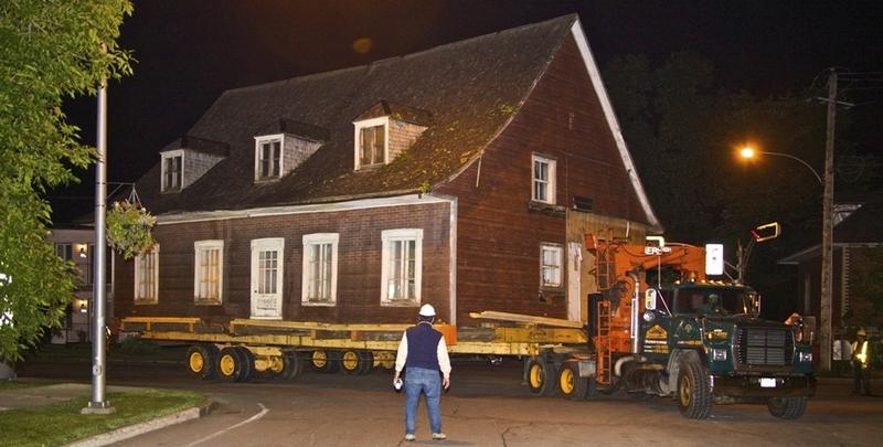 <p>La Maison Thibault-Soulard est &agrave; cet emplacement depuis quelques ann&eacute;es seulement. Construite au d&eacute;but du XIXe si&egrave;cle &agrave; l&rsquo;ouest du village, par Joseph Thibault, elle est achet&eacute;e par la famille Soulard en 1940. La Ville en devient propri&eacute;taire en 2009 et la d&eacute;m&eacute;nage &agrave; la Place des g&eacute;n&eacute;rations pour en faire une maison de la culture.<br /><br />Entrez et prenez le temps d&rsquo;observer le savoir-faire architectural de nos anc&ecirc;tres.<br /><br />Photo : &copy; Ville de Saint-Augustin-de-Desmaures</p>