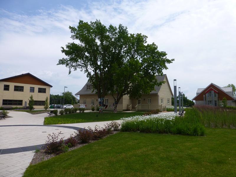 <p>Situ&eacute;e au c&oelig;ur de la Ville de Saint-Augustin-de-Desmaures, la Place des g&eacute;n&eacute;rations Desjardins est un carrefour de rencontre et d&rsquo;&eacute;change entre les a&icirc;n&eacute;s, les familles et les jeunes. Elle regroupe la Maison Thibault-Soulard, la Maison des jeunes l&rsquo;Intr&eacute;pide et la Maison Omer-Juneau.<br /><br />Photo : &copy; Collection priv&eacute;e</p>