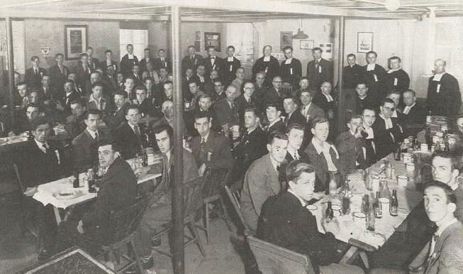 <p>Le Coll&egrave;ge Saint-Augustin est ancr&eacute; dans la communaut&eacute; villageoise. Des associations comme la Jeunesse agricole catholique, le Club des jeunes &eacute;leveurs et l&rsquo;Amicale des Anciens s&rsquo;y rassemblent.<br /><br />Sur la photo, on peut voir des membres de l&rsquo;Amicale r&eacute;unis en 1955.<br /><br />Photo : &copy; SHSAD</p>