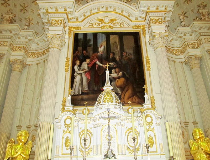 <p>Le tableau situ&eacute; au-dessus de l&rsquo;autel principal repr&eacute;sente saint Augustin donnant &agrave; manger aux pauvres. Il a &eacute;t&eacute; peint en 1836 par Antoine Plamondon. Une douzaine d&rsquo;&oelig;uvres de cet artiste peuvent &ecirc;tre admir&eacute;es dans l&rsquo;&eacute;glise.<br /><br />Photo : &copy; SHSAD</p>