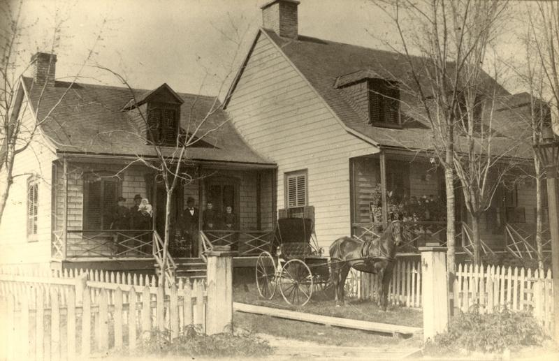 <p>La famille Couture est &eacute;tablie sur la m&ecirc;me terre depuis le d&eacute;but du XIXe si&egrave;cle. La maison, construite au milieu des ann&eacute;es 1850, a &eacute;t&eacute; r&eacute;nov&eacute;e de fa&ccedil;on importante au d&eacute;but du XXe dans le style de la Maison Prax&egrave;de-LaRue et du presbyt&egrave;re. Elle t&eacute;moigne de la r&eacute;ussite et de l&rsquo;aisance certaine de la famille Couture.<br /><br />Photo : &copy; SHSAD</p>