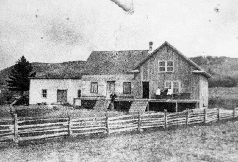 <p>&laquo; Le moulin est accol&eacute; &agrave; la maison et l&#39;ensemble est situ&eacute; au sud du chemin. Le moulin est au nord-est (&agrave; gauche).&nbsp; Le reste, c&#39;est la maison du meunier avec sa cuisine d&#39;&eacute;t&eacute;. Ce moulin passe au feu en 1932, mais la r&eacute;sidence est sauv&eacute;e. &raquo; (Saint-Pac&ocirc;me 1851-2001 &ndash; Notre histoire, Tome 1, publi&eacute; sous la direction d&rsquo;Ulric L&eacute;vesque, p. 201)<br /><br />Le moulin Hudon<br /><br />En 1885, Philippe Hudon dit Beaulieu, meunier et cultivateur de Saint-Pascal, ach&egrave;te le moulin et le pont y menant.<br /><br />On retrouve souvent plusieurs meuniers dans une m&ecirc;me famille, les Hudon dit Beaulieu ne font pas exception. Didier Hudon, fils de Philippe, re&ccedil;oit le moulin de son p&egrave;re en 1901.<br /><br />Reconstruit en 1953, le moulin est m&ucirc; par un moteur diesel. Il fonctionne jusqu&rsquo;en 1970, ann&eacute;e o&ugrave; il cesse ses op&eacute;rations. Jean-Marc Hudon a &eacute;t&eacute; le propri&eacute;taire du dernier moulin &agrave; grains de Saint-Pac&ocirc;me, lequel sera transform&eacute; en &eacute;difice &agrave; logements.<br /><br />Illustration :<br />La maison, la cuisine d&#39;&eacute;t&eacute; et le moulin Hudon&nbsp;en 1915.<br />(Archives de la C&ocirc;te-du-Sud, Fonds Raymond Grandmaison)<br /><br />&nbsp;</p>