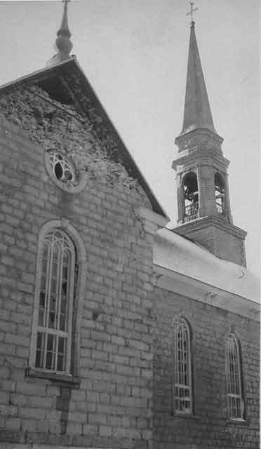<p>&Eacute;glise de Rivi&egrave;re-Ouelle apr&egrave;s le tremblement de terre de 1925.<br />(Archives, Saint Louis University, Missouri, photo : J.B. Macelwane, 1925)</p>