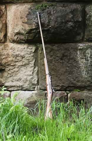 <p>Cette carabine s&#39;est retrouv&eacute;e chez le commer&ccedil;ant Norbert Dionne de Saint-Pac&ocirc;me. Des ann&eacute;es plus tard, madame Dionne, voulant laisser un souvenir &agrave; ses enfants, leur offre de choisir un objet dans la maison. Son petit-fils, Jean-Fran&ccedil;ois Chalmers, choisit le fusil sans h&eacute;siter.<br /><br />Il apporte la carabine avec lui en Ontario. En ao&ucirc;t 2009, Jean-Fran&ccedil;ois succombe &agrave; une crise cardiaque, il a 46 ans. Son &eacute;pouse Roxana d&eacute;cide alors de retourner le souvenir &agrave; son lieu d&#39;origine.<br /><br />Illustration :<br />La carabine du gardien du pont de fer.<br />(Photo : Caroline Bolieu, 2015)</p>