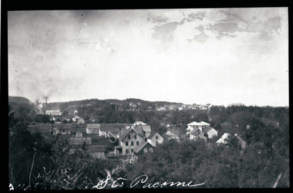 <p>Saint-Pac&ocirc;me est un village de contrastes, entre montagne et rivi&egrave;re, entre haut et bas de la c&ocirc;te, entre catholiques et protestants, entre pauvret&eacute; et prosp&eacute;rit&eacute;.<br />Avec une superficie totale de 29,52 km2, la municipalit&eacute; est situ&eacute;e dans la partie appel&eacute;e piedmont de la r&eacute;gion de Kamouraska et a des fronti&egrave;res communes avec Rivi&egrave;re-Ouelle, Saint-Philippe-de-N&eacute;ri, Mont-Carmel, Saint-Gabriel-Lalemant et Sainte-Anne-de-la-Pocati&egrave;re. En termes de superficie, elle est la plus petite municipalit&eacute; du Kamouraska.<br /><br />Le troisi&egrave;me rang de la seigneurie de la Bouteillerie devient Saint-Pac&ocirc;me en 1851. Avant cette date, l&rsquo;histoire de Saint-Pac&ocirc;me s&rsquo;identifie &agrave; celle de Rivi&egrave;re-Ouelle, puisque son territoire est situ&eacute; en totalit&eacute; dans la seigneurie conc&eacute;d&eacute;e en 1672. Saint-Pac&ocirc;me vit ses cent premi&egrave;res ann&eacute;es sous le signe de l&rsquo;exploitation foresti&egrave;re. De grandes familles d&rsquo;origine anglaise s&rsquo;installent alors au village et contribuent &agrave; sa prosp&eacute;rit&eacute; gr&acirc;ce &agrave; leurs moulins &agrave; scie. La cohabitation harmonieuse entre patrons anglophones protestants et ouvriers francophones catholiques donnera une couleur particuli&egrave;re &agrave; la vie sociale, sportive et culturelle du lieu tout en influen&ccedil;ant l&rsquo;architecture locale.<br /><br />La premi&egrave;re &eacute;glise de Saint-Pac&ocirc;me est construite &agrave; l&#39;hiver 1852 et incendi&eacute;e en mai de la m&ecirc;me ann&eacute;e. &Agrave; la fin de l&#39;ann&eacute;e 1852, les citoyens b&acirc;tissent l&rsquo;&eacute;glise actuelle, qui fera l&rsquo;objet de r&eacute;parations en 1901 et conna&icirc;tra un agrandissement en 1907.<br /><br />&Eacute;rig&eacute; en 1868, le presbyt&egrave;re n&#39;avait pas l&#39;aspect qu&#39;il a aujourd&#39;hui.
