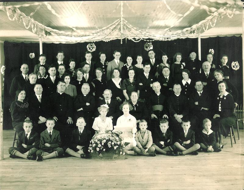 <p>Rassemblement familial lors des noces d&rsquo;or de Fran&ccedil;ois L&eacute;vesque et Ph&eacute;b&eacute;e D&rsquo;Anjou.<br />(Archives famille Charles LeBel)</p>