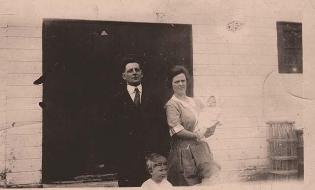 <p>Albert L&eacute;vesque et sa femme &Eacute;va B&eacute;rub&eacute; avec leurs plus jeunes gar&ccedil;ons, Donald et Georges-Albert (dans les bras de sa m&egrave;re).<br />(Archives famille Charles LeBel)</p>