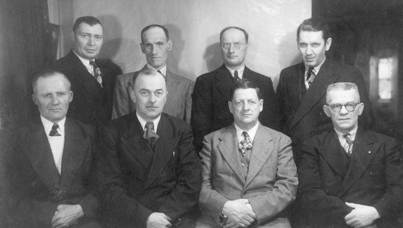 <p>Photo du conseil municipal lors du 100e anniversaire de la municipalit&eacute; de Saint-Pac&ocirc;me.<br />Albert L&eacute;vesque, maire (3e de gauche &agrave; droite, rang&eacute;e du devant).<br />(Archives famille Charles LeBel)</p>