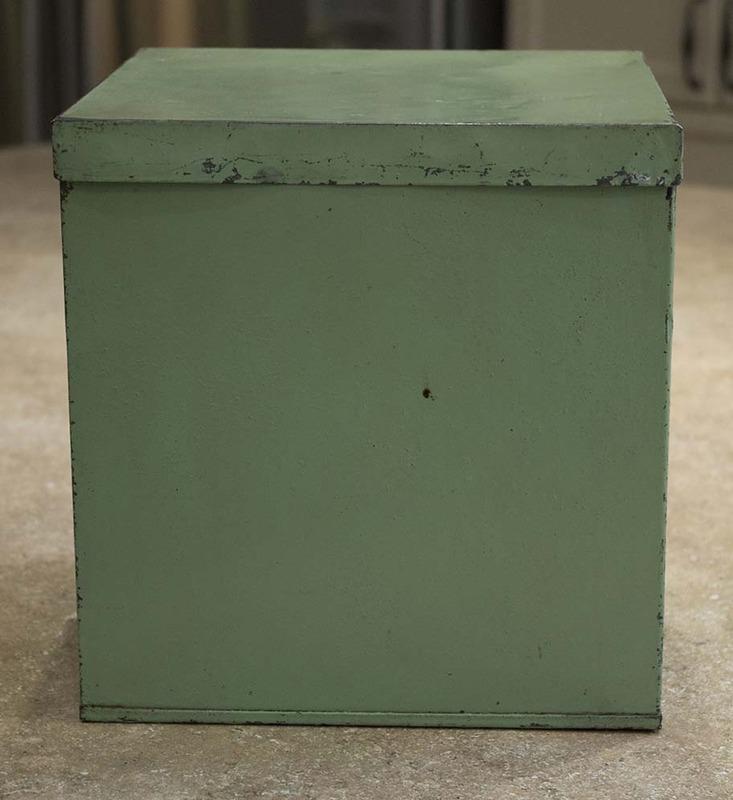 <p>Bo&icirc;te carr&eacute;e peinte servant &agrave; ranger diverses denr&eacute;es p&eacute;rissables. Les contenants de ce type &eacute;taient peints de couleur diff&eacute;rente afin d&rsquo;identifier facilement leur contenu.<br /><br />(Archives Famille Charles LeBel)<br /><br />Photographie : L&eacute;onie L&eacute;vesque</p>