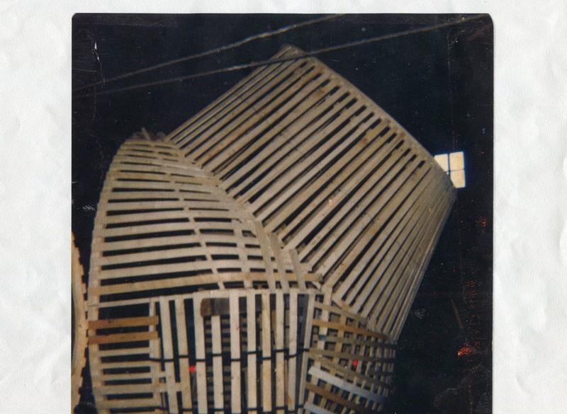<p>La cr&eacute;ation d&#39;un squelette en bois de cette envergure pr&eacute;sente de nombreuses difficult&eacute;es techniques.&nbsp;<br /><br />Source :&nbsp;Banque d&#39;images de Saint-S&eacute;verin (vers 1975)</p>
