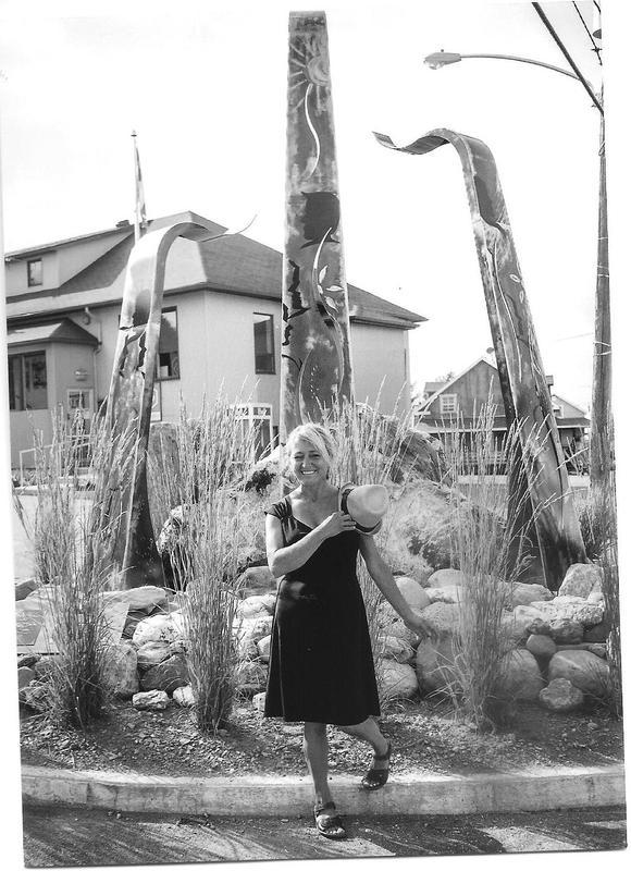 <p>Cr&eacute;&eacute;e par Michelle Gigu&egrave;re, artiste sculpteure de Saint-S&eacute;verin, cette oeuvre d&#39;art repr&eacute;sente les premiers pionniers qui ont d&eacute;frich&eacute; les terres et ont d&eacute;velopp&eacute; une vie communautaire sur les hauts sommets appalachiens. Elle salue leur courage et leur d&eacute;termination. Elle c&eacute;l&egrave;bre aussi la cr&eacute;ativit&eacute; et l&#39;engagement de ceux et celles qui leur ont succ&eacute;d&eacute;.<br /><br />Sa r&eacute;alisation a &eacute;t&eacute; rendue possible gr&acirc;ce au fonds culturel de la MRC Robert-Cliche, en collaboration avec le Minist&egrave;re de la Culture et des Communications et le CLD Robert-Cliche, ainsi que la municipalit&eacute; de Saint-S&eacute;verin.<br /><br />Visite libre.<br /><br />Source : Michelle Gigu&egrave;re (2015)</p>