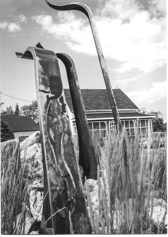 <p>La sculpture est faite de plusieurs &eacute;l&eacute;ments dont de longues lames m&eacute;talliques sur lesquelles apparaissent des profils repr&eacute;sentant la population de Saint-S&eacute;verin.<br />Visite libre&nbsp;<br /><br />Source : Michelle Gigu&egrave;re (2015)</p>