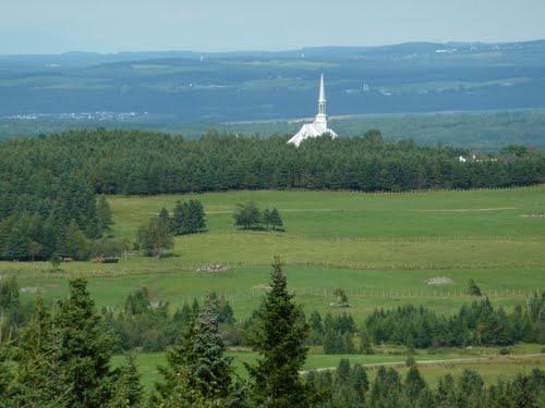 <p>Le domaine permet d&#39;avoir une vue panoramique de la r&eacute;gion. Cette photo montre l&#39;&eacute;glise de Saint-S&eacute;verin vue du Domaine.<br /><br />Source: Site internet du Domaine</p>