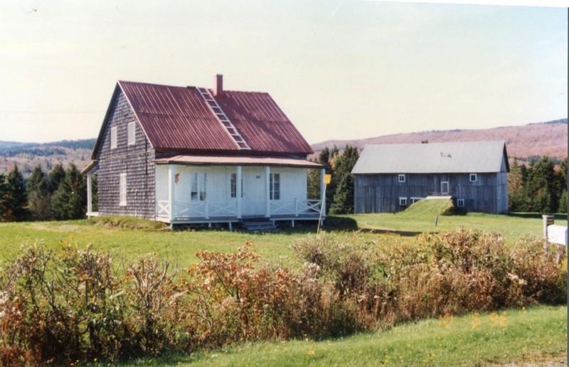 <p>Cette ferme avec sa maison et ses b&acirc;timents est, gr&acirc;ce aux soins de son propri&eacute;taire, un exemple typique et repr&eacute;sentatif de l&#39;installation de la plupart des familles s&eacute;verinoises qui vivaient de l&#39;agriculture &agrave; la fin du XIXe si&egrave;cle.<br /><br />Source : Daniel Carrier (2005)</p>