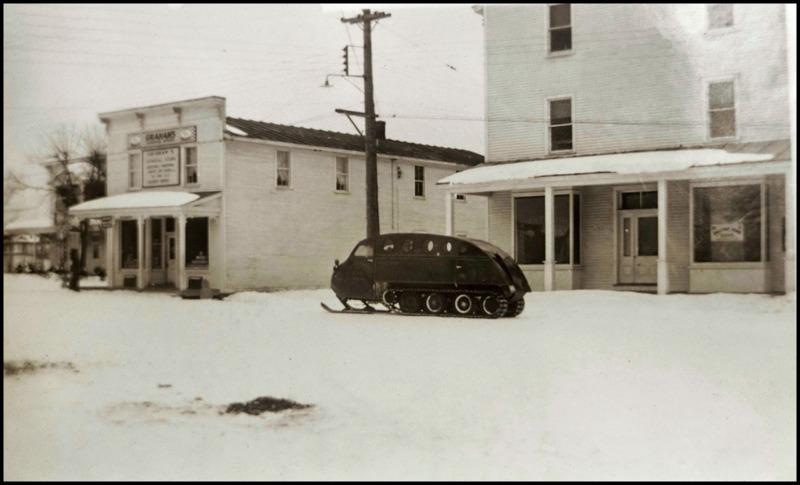 <p>Il s&#39;agit d&#39;un b&acirc;timent de type &quot;Boomtown&quot; qui date de 1912. On aper&ccedil;oit &eacute;galement l&#39;un de nos anciens moyens de transports hivernaux.</p>