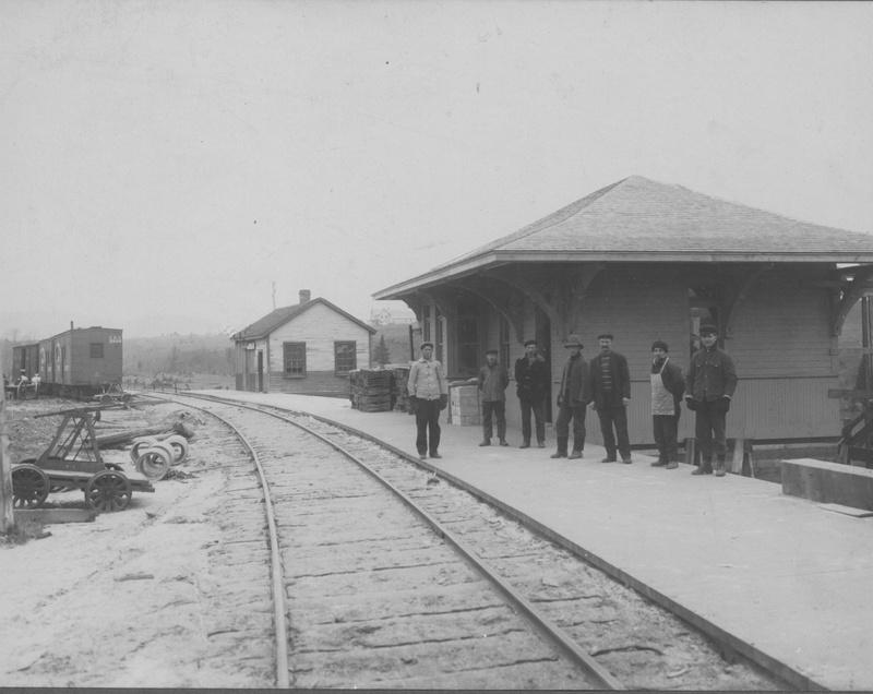 <p>Le b&acirc;timent de la gare d&#39;Arundel date de 1925 et est l&#39;un des derniers t&eacute;moins authentiques du patrimoine b&acirc;ti ferroviaire de la r&eacute;gion.La plupart ont disparu ou ont &eacute;t&eacute; reconstruits, alors que celui-ci a gard&eacute; un grand nombre de ses caract&eacute;ristiques architecturales et patrimoniales. Son emplacement d&#39;origine &eacute;tait un peu plus au sud, &agrave; l&#39;intersection du chemin de la Rouge et de la route 364. Il a &eacute;t&eacute; d&eacute;m&eacute;nag&eacute; &agrave; son emplacement actuel en 1986. C&#39;est en date du 4 juillet de l&#39;ann&eacute;e suivante qu&#39;on lui attribua sa fonction, toujours en vigueur, de bureau de poste. (R&eacute;f&eacute;rence: Bergeron-Gagnon inc., inventaire du patrimoine de la MRC des Laurentides, 2013.)</p>