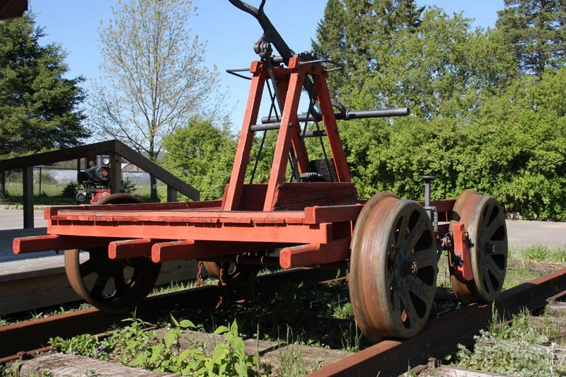 <p>&Agrave; l&#39;ext&eacute;rieur de la gare se trouve une draisine mont&eacute;e sur un petit bout de chemin de fer reconstitu&eacute;, pour nous remettre dans l&#39;atmosph&egrave;re ferroviaire d&#39;antan. Le terme draisine s&#39;applique &agrave; tout v&eacute;hicule autonome l&eacute;ger fabriqu&eacute; pour le transport sur une voie ferr&eacute;e. Nous avons ici un mod&egrave;le qui date d&#39;environ 1890 et&nbsp;qui servait aux d&eacute;placements d&#39;entretien du chemin de fer du Canadien National</p>