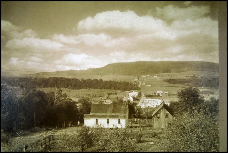 <p>Nous vous invitons &agrave; faire la petite boucle qui emprunte le chemin Church et ensuite le chemin Thompson. Vous pourrez y observer l&#39;&Eacute;glise Grace, &eacute;galement appel&eacute;e &Eacute;glise Anglicane, magnifique b&acirc;timent qui date de 1878. Vous y verrez des maisons historiques, de magnifiques espaces agricoles ainsi qu&#39;une vue &eacute;poustouflante au sommet de la route.</p>