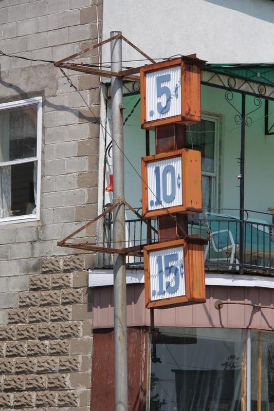 <p>On retrouve &agrave; Huberdeau l&#39;un des rares anciens magasins portant encore l&#39;enseigne du 5-10-15. Cette franchise a &eacute;t&eacute; obtenue autour de 1955, &eacute;poque &agrave; laquelle les magasins 5-10-15 &eacute;taient tr&egrave;s populaires dans l&#39;ensemble de la province.</p>