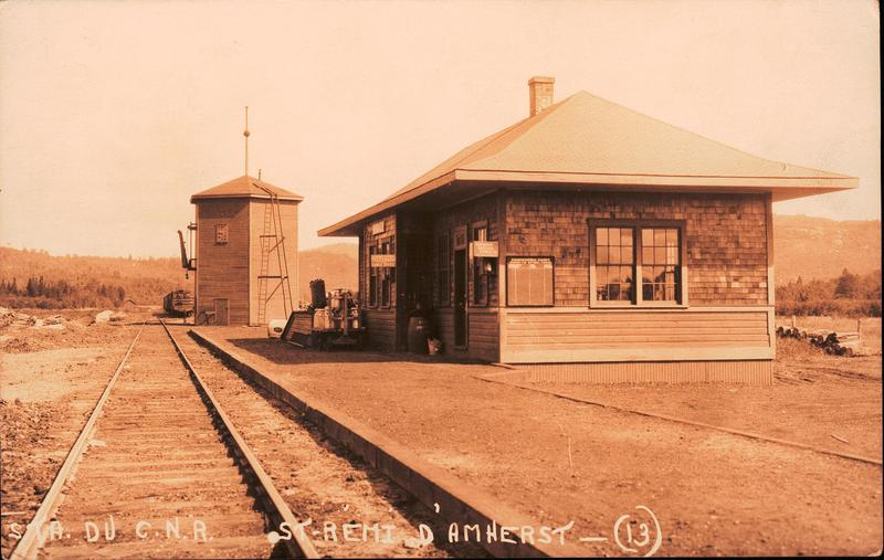 <p>En allant &agrave; 200 m&egrave;tres vers le nord, vous croiserez l&#39;ancienne emprise du chemin de fer du Canadien National et l&#39;ancienne gare, sur la rue Mclaughlin, devenue une prorpri&eacute;t&eacute; priv&eacute;e. Il s&#39;agit&nbsp;du d&eacute;part de l&#39;ancienne voie ferr&eacute;e dont le dernier&nbsp;trajet a eu lieu en 1962. Le trac&eacute; ferroviaire&nbsp;accueille aujourd&#39;hui&nbsp;le circuit historique &agrave; v&eacute;lo, qui&nbsp;met en lumi&egrave;re l&#39;histoire de ce lieu important. Visitez-le!<br type='_moz' />.</p>