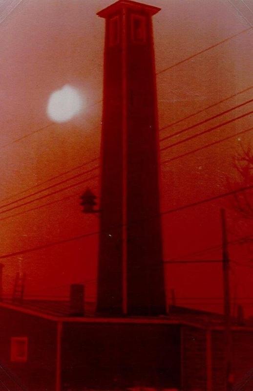 <p>Il s&#39;agit de l&#39;anc&ecirc;tre de la tour &agrave; feu, avant sa construction&nbsp;en haut de la montagne. Celle-ci &eacute;tait situ&eacute;e en haut d&#39;un b&acirc;timent&nbsp;sur la rue Principale du village de Saint-R&eacute;mi. Les pompiers s&#39;en servaient pour faire s&eacute;cher leur boyau d&#39;arrosage apr&egrave;s les feux.</p>